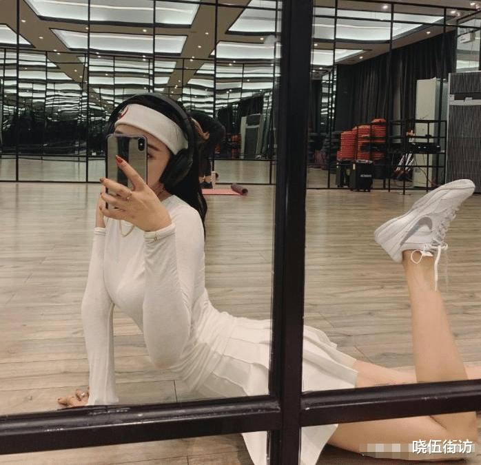随后她加入抖音,她喜欢瑜伽健身,也喜欢上她的身材