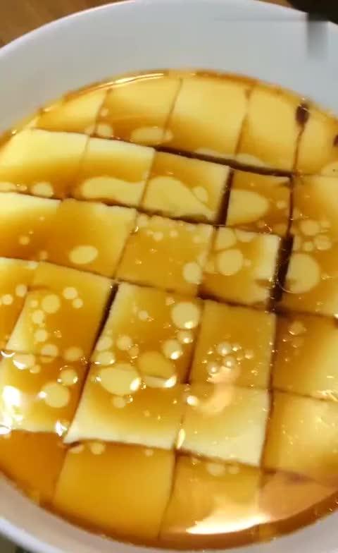 鲜嫩的蒸鸡蛋糕口感和豆腐花相似, 是一道鲜美可口的食物
