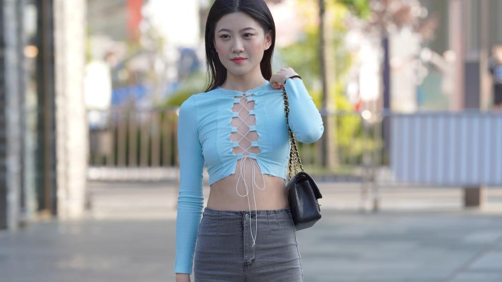 """夏日清凉的穿搭,选择""""一线天""""T恤,轻松让你成为人群的焦点!"""