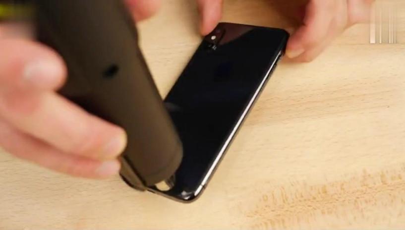iPhone X的黑色后盖小伙不喜欢,便把它改造成透明色,没想到更拉风了!
