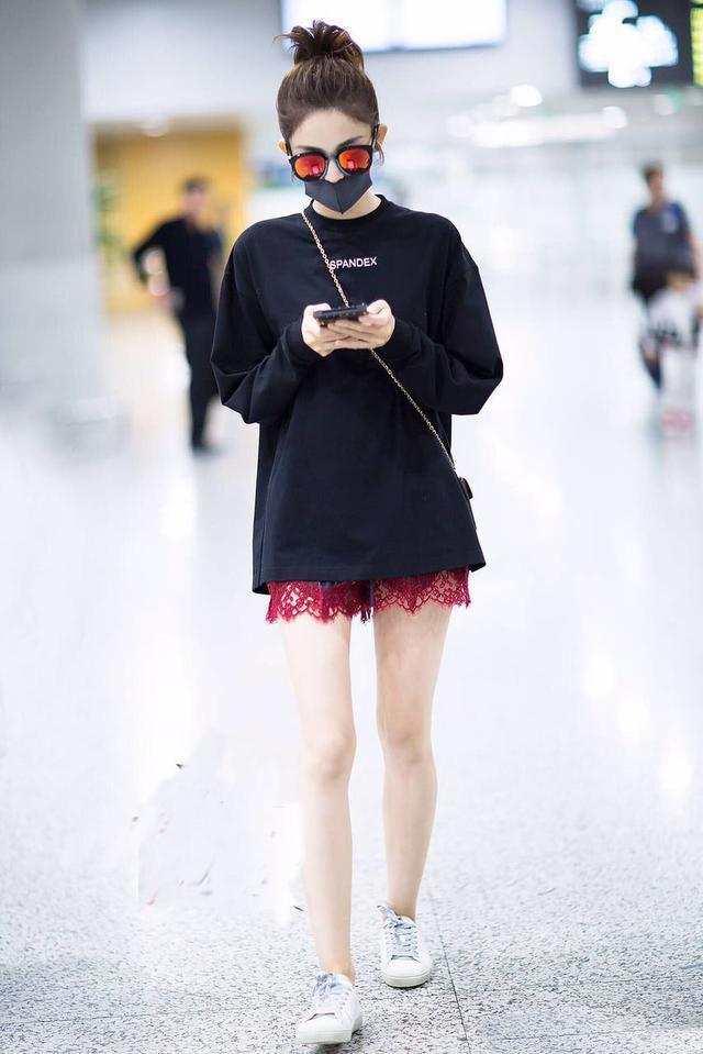 娜扎的红蕾丝短裤够抢眼了, 手机拿反被指摆拍够心机! 3