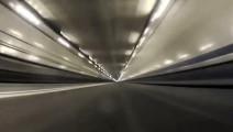 F1赛车时速350+隧道里疾驰,声浪太诱人了