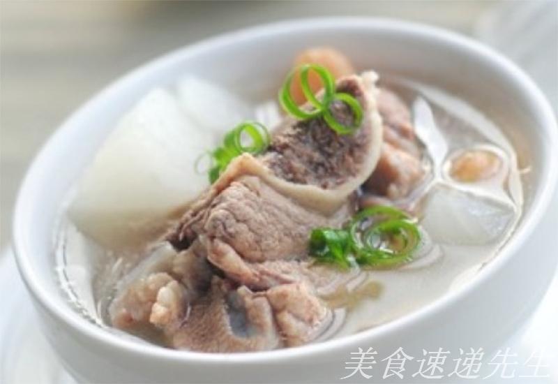 好吃又养生增强抵抗力  1,莲藕去皮切片,花生米提前浸泡一下,猪尾