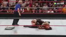 WWE大秀哥已经快五十岁了 每次比赛被打得惨 这次直接晕倒!