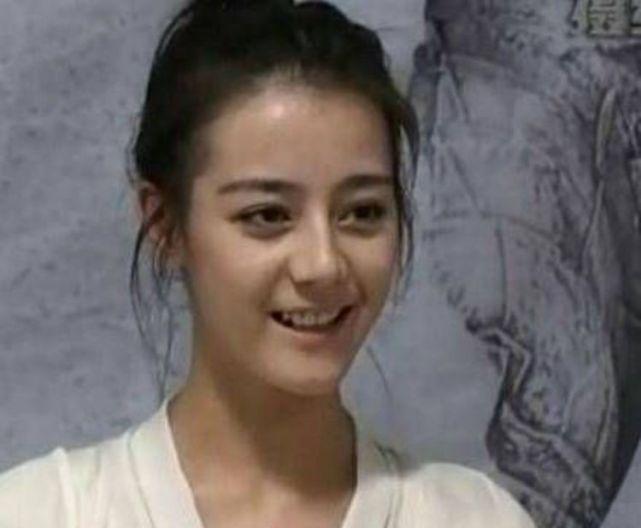 34岁郭碧婷, 机场素颜, 完胜90后小花郑爽, 迪丽热巴