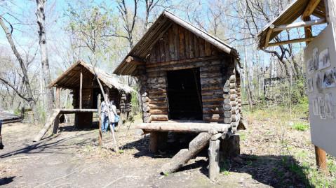 3, 原住民建造的木头房子,由于城市发展,他们被放逐到远东更加偏远的