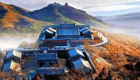 丫髻山风景区坐落北京市平谷区刘店乡(距北京91公里),因山颠两块巨石