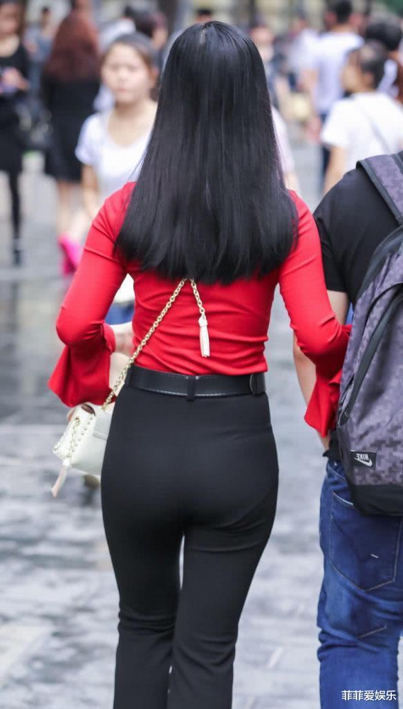红色紧身长袖搭配紧身裤,肉嘟嘟的小脸蛋