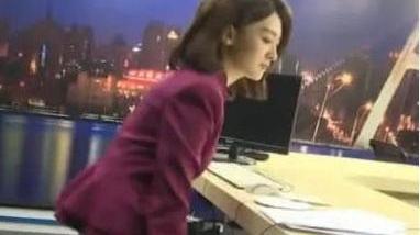 当镜头转到下半身时无语 女主持人撞脸赵丽颖 不靠美貌走红