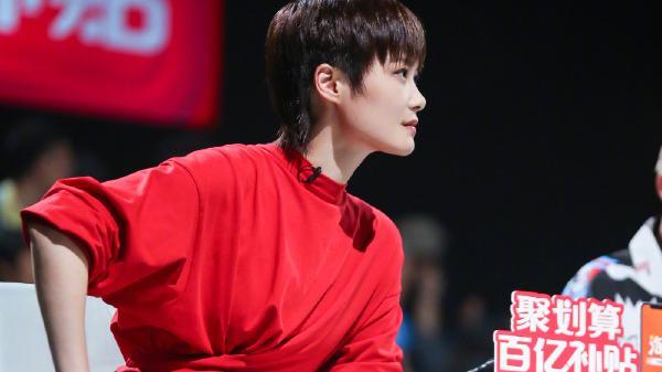 李宇春中国红连体短裙套装