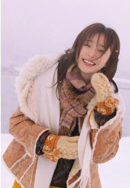 秦岚又美出了新高度! 一身清凉打扮现身机场, 被网友称赞为初恋女神(图2)