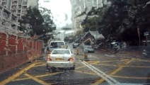 监控实拍: 雨天女司机驾驶奔驰跑车启动时,直接一脚油门怒怼前面面包车!