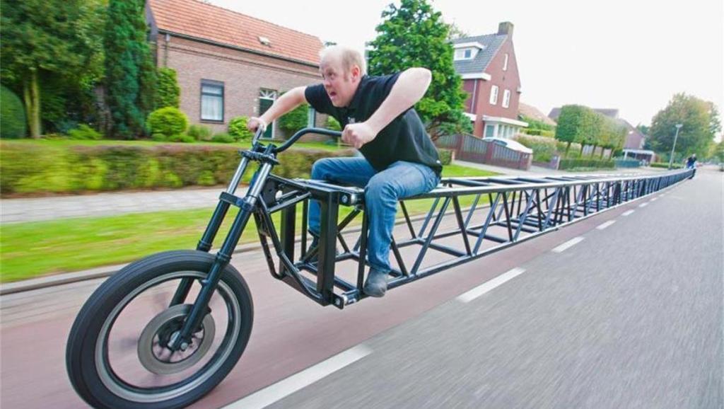 世界最长的自行车,超过35米,网友: 怎么拐弯?