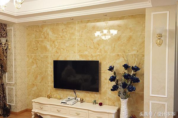 客厅:顶部暗装了欧式风格吊灯,沙发背景墙使用墙纸铺贴. 2.