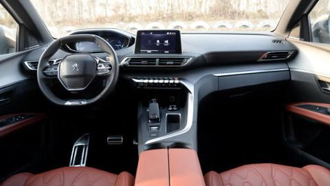 中控台采用环抱式设计并偏向驾驶座方向,层次感丰富,主控按钮效仿