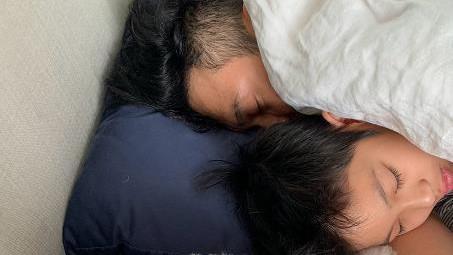 袁咏仪晒张智霖楼儿子睡觉照尽显温馨, 12岁魔童侧颜逆天却被睫毛抢镜