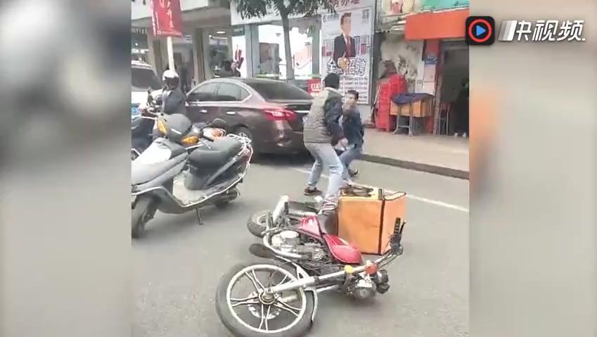 两男子疑车祸起冲突 当街上演拳皇
