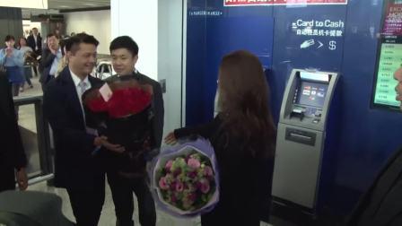 酒井法子开心抵达香港开唱 机场收礼物收到手软