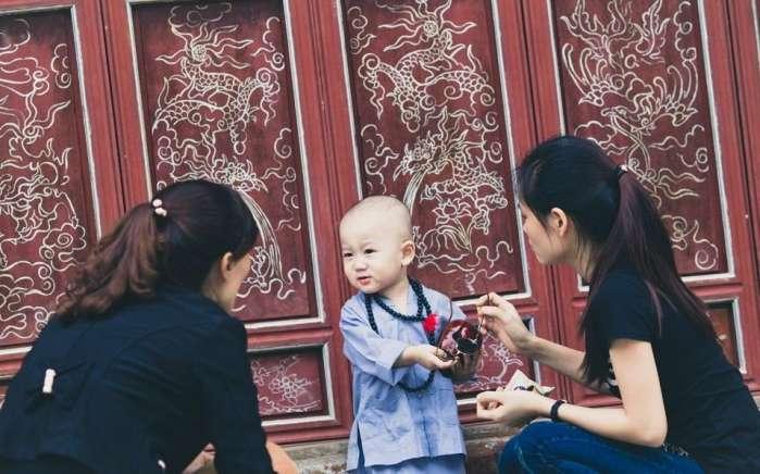 越南小和尚, 被女施主纠缠, 大哭喊师傅在哪? 萌化了!