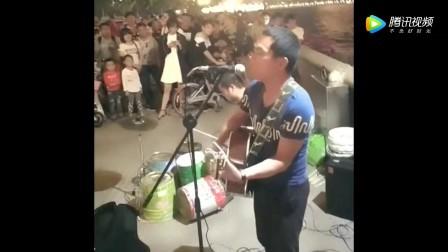 街头歌手翻唱黄家驹《光辉岁月》