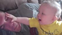 宝爸装睡觉,熊宝宝一直拍他脸,起床了