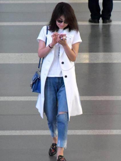 闫妮素颜蓬头散发现身机场