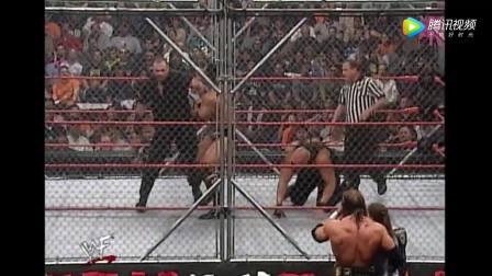"""WWE: 巨石强森一打二,铁笼内对战两""""城管"""""""