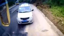 在这个致命的弯道,遇上五菱面包车,客车司机也没底气了!