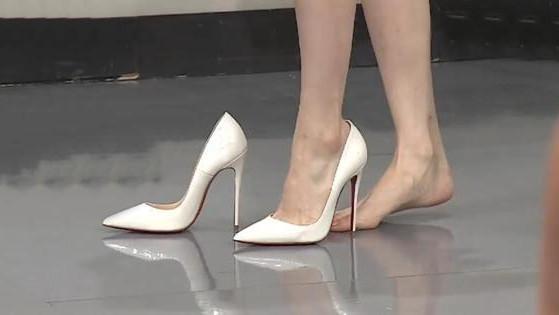 女星歌手被现场考验舞蹈功底, 踩在15公分的细高跟上, 腿部动作依然很稳