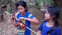 农村2个小女孩树林烤肥鸡,姐姐这样啃着吃,妹妹流口水了知道吗
