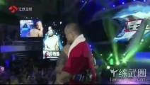 携带太阳旗出场的日本拳手,被中国老将骑在背上一顿狂揍后KO