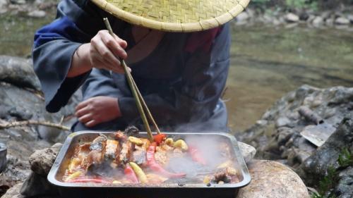 三农自媒体吃饭视频泛滥成灾, 吃来吃去, 让人审美疲劳