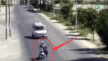 监拍: 电动车男子以为面包车不敢撞他,结果司机连刹车都没有踩
