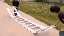 农村大叔发明可折叠梯子,展开后薄如一张纸