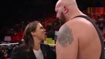WWE女子吃了豹子胆,敢连续扇大秀哥4巴掌,活腻了吧?