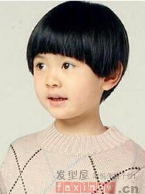 很适合小圆脸的宝宝的一款齐刘海的丸子头扎发发型,齐刘海的甜美笑脸