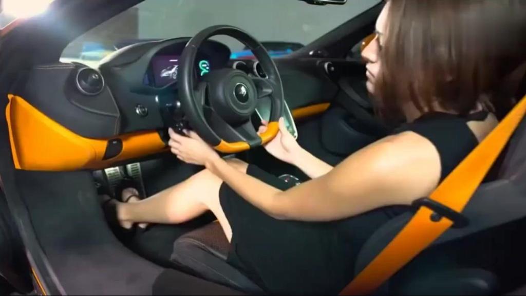 500万的迈凯伦跑车,女销售按下钥匙告诉你什么叫做人性化!