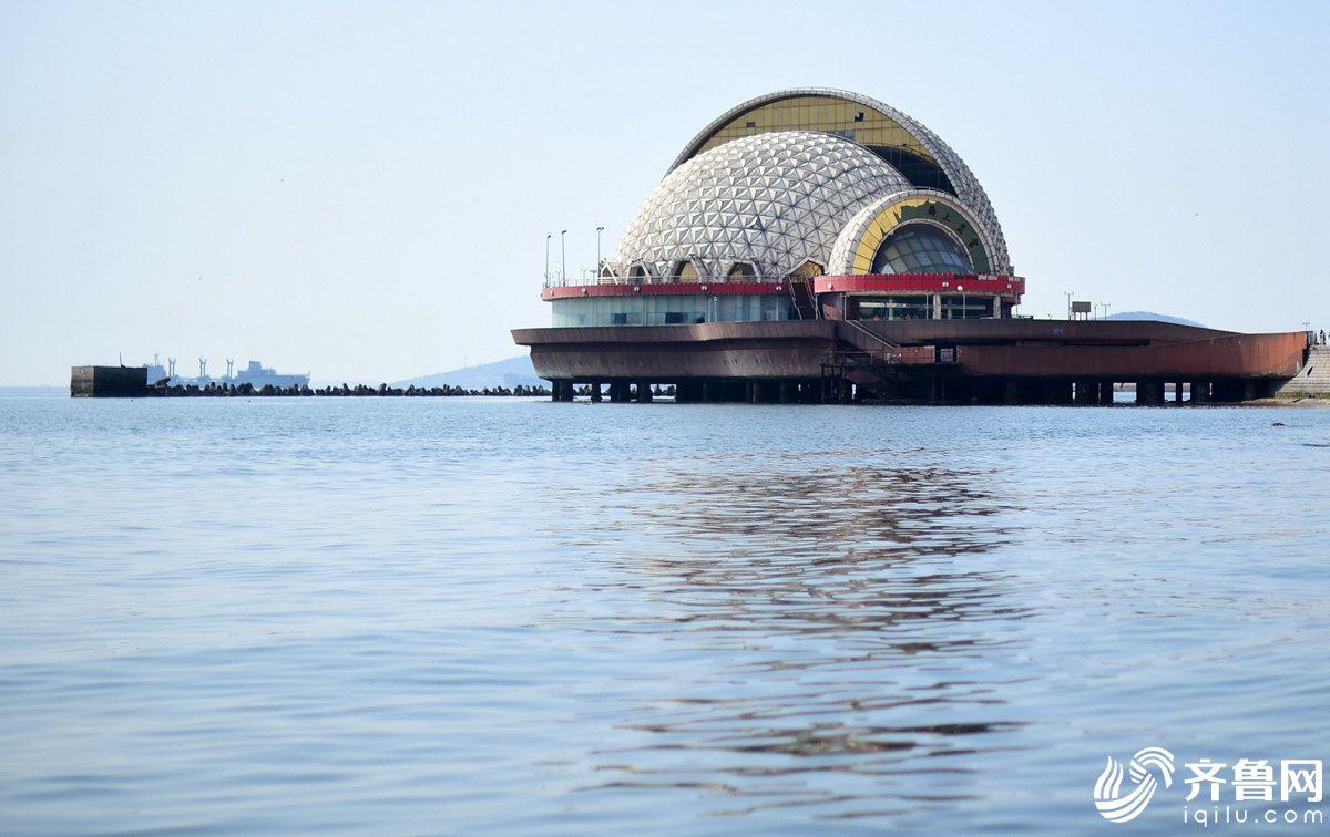 """青岛沿海地标建筑""""荒废""""13年 曾是高级娱乐场所"""
