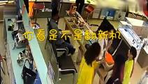 两名女子买手机后发现翻新机,监控却记录下荒唐一幕