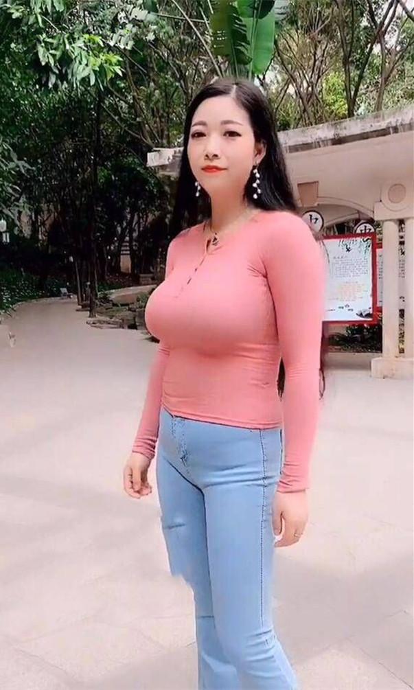 街拍美女: 三十三岁的大表姐, 穿这身去相亲, 为了搏个好彩头  第7张