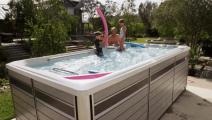 美国人发明的这款游泳池,仿佛把大海装入其中!你永远游不到边!