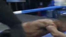曾KO一龙的马库斯,遭死神方便暴虐KO,单回合三次读秒