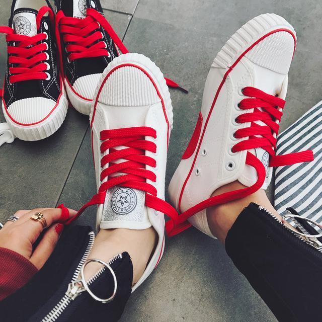 经典的小白鞋,鞋带是采用的是撞色