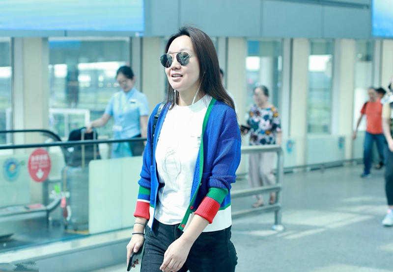 闫妮白T配牛仔裤, 素颜走机场上演大变活人, 不化妆瞬间变大妈