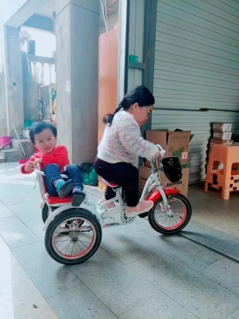 一般带儿子出去玩我都是用自行车载他出去,很少跟儿子一起走路