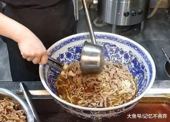 """夫妻街边卖""""天价面"""", 108元免费续面, 每碗放牛肉牛杂各1勺"""