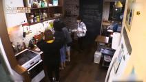 厨房大作战,萌妹子争先洗碗,职员李知恩站在一旁显不安