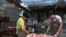 整头猪去头去脚后,放入烧热的炉子里焖熟,三百年秘制烤猪香酥脆