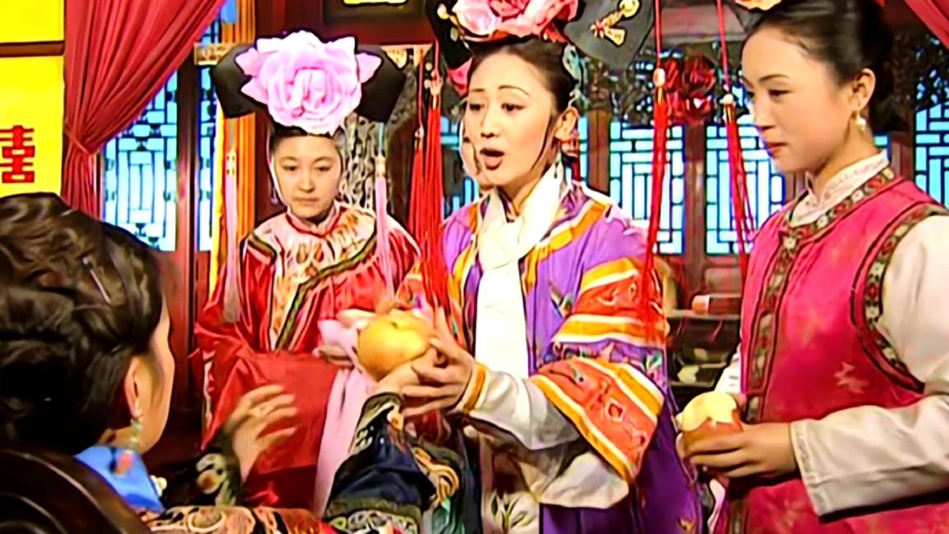 小燕子紫薇同时成亲,谁注意到令妃送苹果的顺序?地位差距太大
