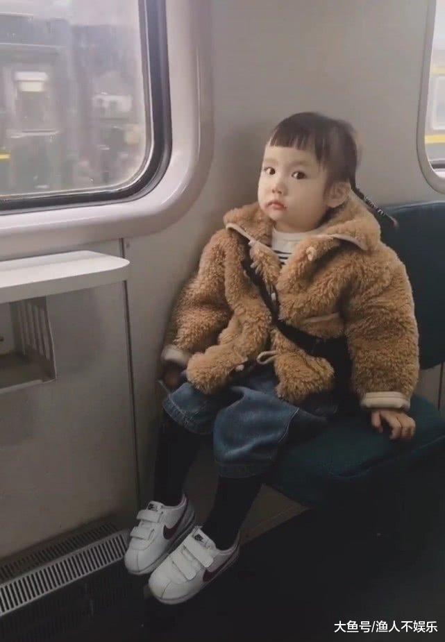 """这小女孩才三岁, 就懂得穿""""泫雅裤""""了, 网友: 又骗我生孩子!"""